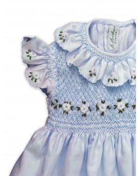 Chloris, abito per bambina con maniche ad aletta e margherite ricamate. Colore celeste.
