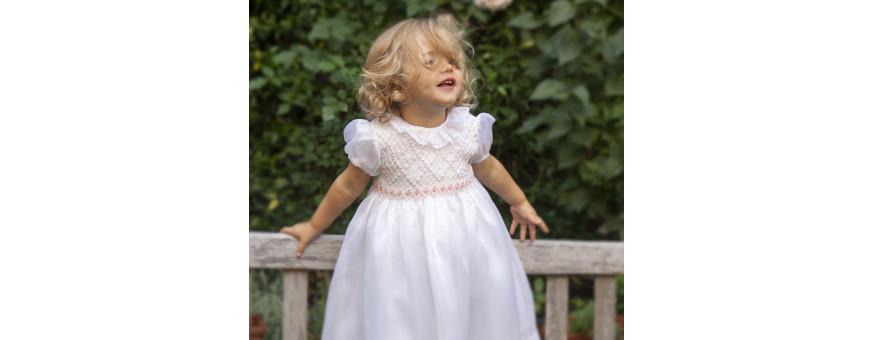 Abiti per bambina eleganti e moderni cuciti a mano nel rispetto delle antiche tradizioni.
